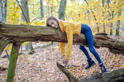 Mädchen liegt auf Baum Lifestyle Freude Glück Zufriedenheit Erholung ruhig Freizeit & Hobby Ausflug Kind Natur Wald träumen Traurigkeit Hoffnung Langeweile