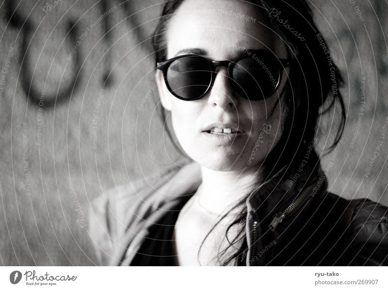 urban chic(k) feminin Junge Frau Jugendliche 1 Mensch 18-30 Jahre Erwachsene Jacke Sonnenbrille Haare & Frisuren schwarzhaarig langhaarig Blick Coolness heiß