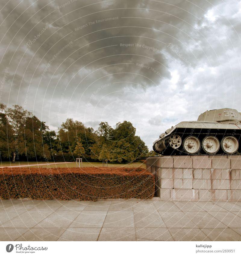 blutspur Bildung Kultur Denkmal grau grün rot Panzer Ehre Tod Krieg 2. Weltkrieg Russland Kommunismus Politik & Staat Wolken Trauer Sockel Soldatenfriedhof