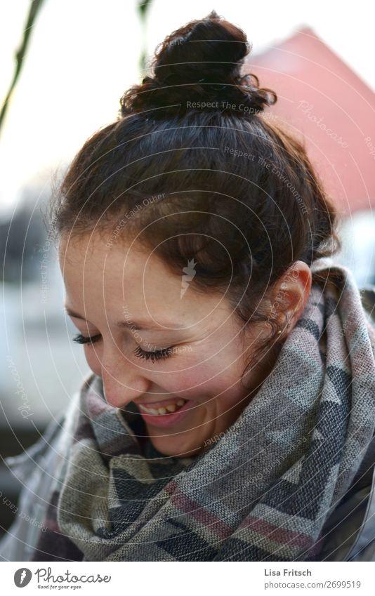 Frau, Dutt, brünett, lachen, Blick nach unten Erwachsene 1 Mensch 18-30 Jahre Jugendliche Schal Coolness Freundlichkeit Glück lustig positiv feminin
