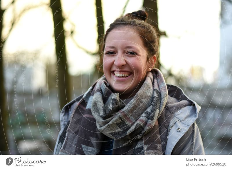Lachende Frau, Dutt, Schal, Winter Mensch Jugendliche schön Erholung Freude Gesundheit 18-30 Jahre Erwachsene Leben lustig lachen Glück Zufriedenheit