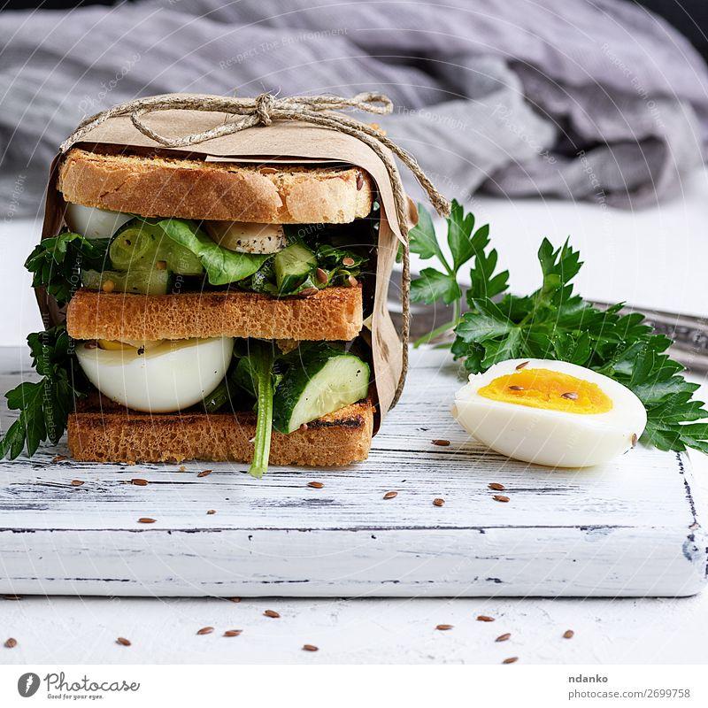 Sandwich aus French Toast und Salatblättern und gekochtem Ei Fleisch Gemüse Brot Frühstück Mittagessen Abendessen Vegetarische Ernährung Gesunde Ernährung Tisch