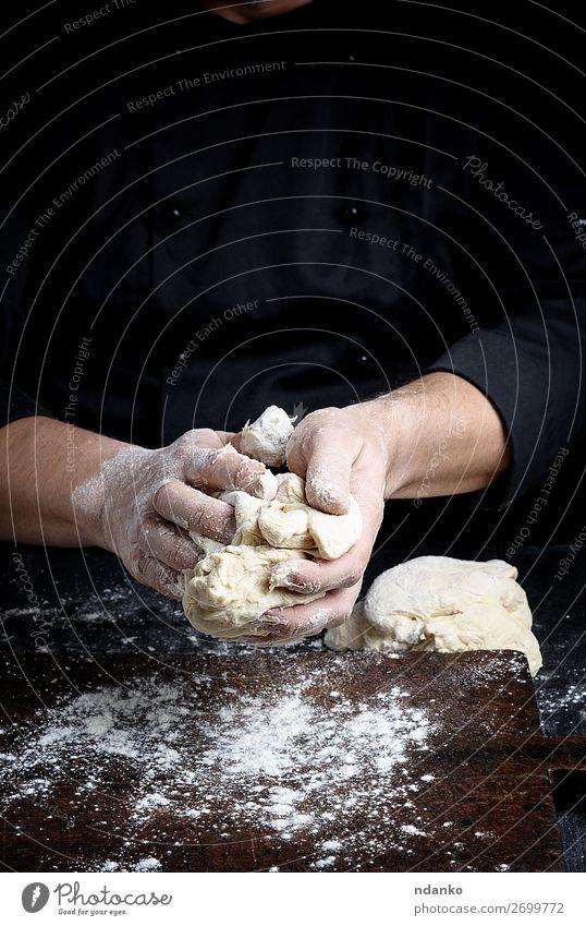 Bäckerknetmasse Weißweizenmehlteig Teigwaren Backwaren Brot Ernährung Tisch Küche Arbeit & Erwerbstätigkeit Koch Mensch Mann Erwachsene Hand Finger Holz machen