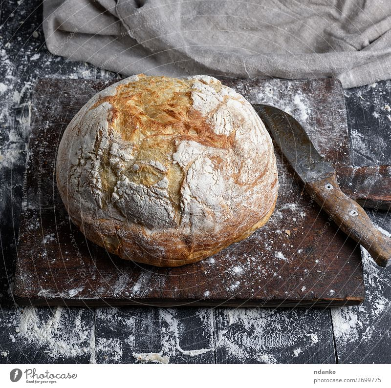 gebackenes weißes Weizenbrot Brot Ernährung Tisch Küche Holz machen dunkel frisch braun schwarz Tradition Bäckerei Holzplatte Essen zubereiten Kruste