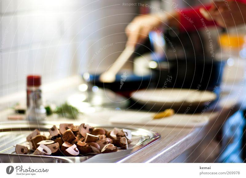Pilze gibt's Lebensmittel Gemüse Champignons Ernährung Mittagessen Abendessen Bioprodukte Vegetarische Ernährung Slowfood Teller Pfanne Kochlöffel Wohnung Küche