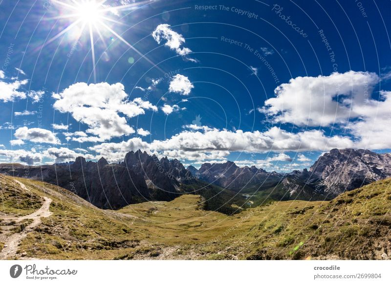 # 836 Drei Zinnen Dolomiten Sextener Dolomiten Weltkulturerbe Hochebene Farbfoto wandern Fußweg Gipfel Bergsteigen Alpen Berge u. Gebirge Schönes Wetter Wiese