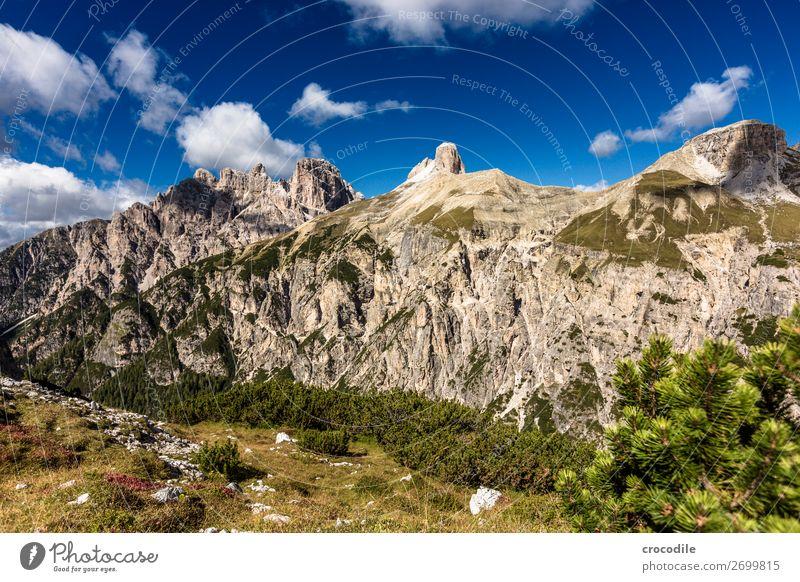 # 829 Drei Zinnen Dolomiten Sextener Dolomiten Weltkulturerbe Hochebene Farbfoto wandern Fußweg Gipfel Bergsteigen Alpen Berge u. Gebirge Schönes Wetter Wiese