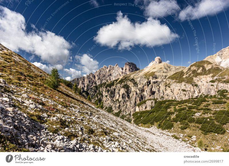 # 828 Drei Zinnen Dolomiten Sextener Dolomiten Weltkulturerbe Hochebene Farbfoto wandern Fußweg Gipfel Bergsteigen Alpen Berge u. Gebirge Schönes Wetter Wiese