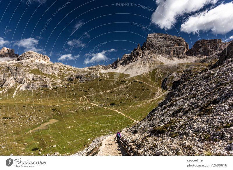 # 827 Drei Zinnen Dolomiten Sextener Dolomiten Weltkulturerbe Hochebene Farbfoto wandern Fußweg Gipfel Bergsteigen Alpen Berge u. Gebirge Schönes Wetter Wiese