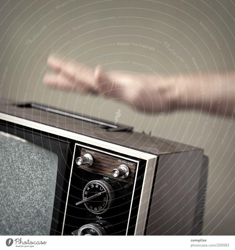 Winter WM 2022 Hand Freizeit & Hobby Häusliches Leben kaputt retro Medien Fernseher Fernsehen Wut Bildausschnitt Anschnitt Aggression Ärger Fernsehen schauen