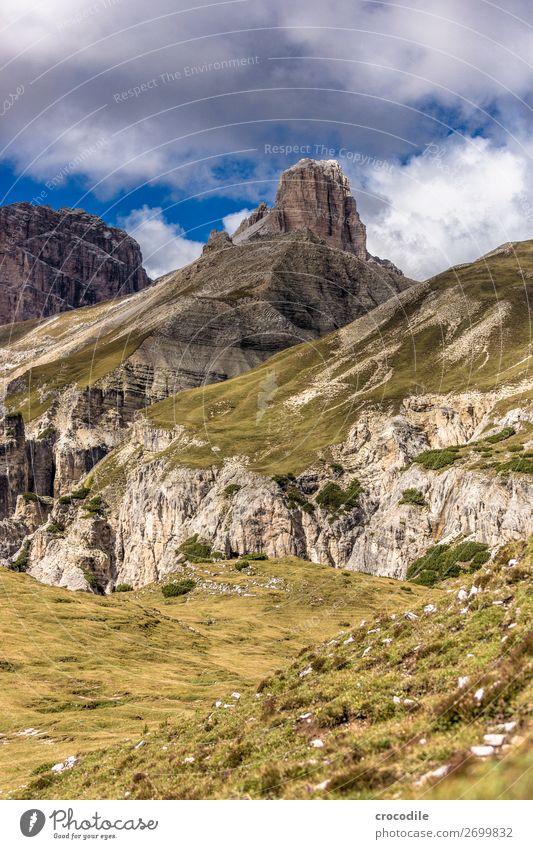 # 821 Drei Zinnen Dolomiten Sextener Dolomiten Weltkulturerbe Hochebene Farbfoto wandern Fußweg Gipfel Bergsteigen Alpen Berge u. Gebirge Schönes Wetter Wiese