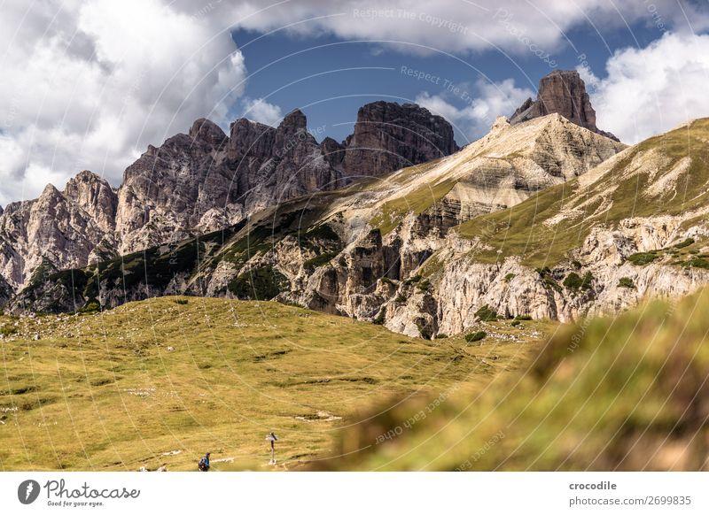 # 819 Drei Zinnen Dolomiten Sextener Dolomiten Weltkulturerbe Hochebene Farbfoto wandern Fußweg Gipfel Bergsteigen Alpen Berge u. Gebirge Schönes Wetter Wiese