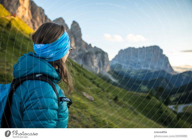 Dolomiten Hochebene Farbfoto wandern Fußweg Gipfel Bergsteigen Alpen Berge u. Gebirge Schönes Wetter Wiese Sommer Klettern Wolken Grödener Joch pass