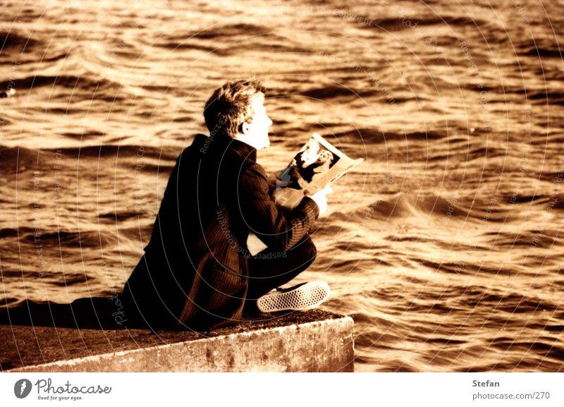 Was nun? Mensch Wasser ruhig Erholung Denken Wind lesen Zeitung Elbe Hochwasser Sense