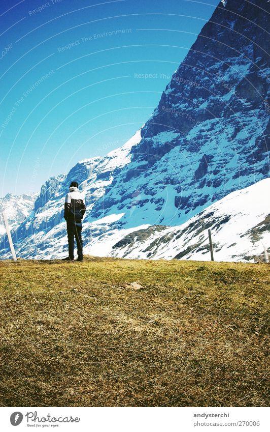 Eiger-Nordwand Mensch Mann blau Erwachsene Erholung Landschaft kalt Schnee Berge u. Gebirge Gras Frühling Felsen wandern Ausflug Tourismus stehen