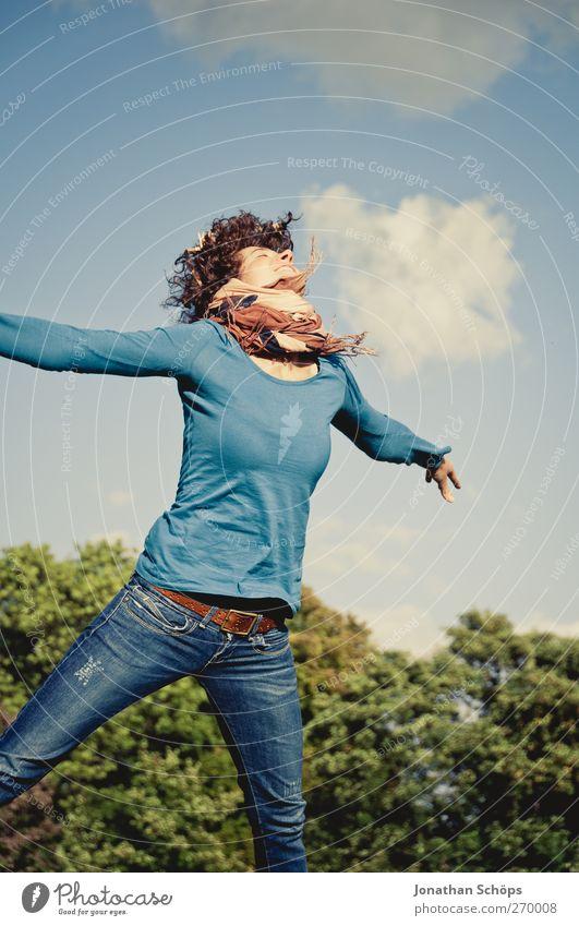 junge Frau springt mit ausgebreiteten Armen vor Freude Richtung Himmel Glück Leben Mensch feminin Junge Frau Jugendliche 1 18-30 Jahre Erwachsene ästhetisch
