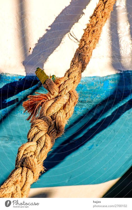 Alte Festmacherleine an einem Fischkutter Design maritim blau mehrfarbig weiß Schiff Schiffswand weiß blau Licht Schatten sonni Hafen verzurrt Schifffahrt alt