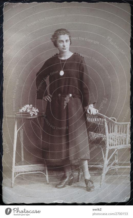 Halbwegs vornehm Mensch Jugendliche Junge Frau elegant stehen Fotografie historisch Vergangenheit Kontrolle Stolz Willensstärke geduldig altmodisch Korbstuhl