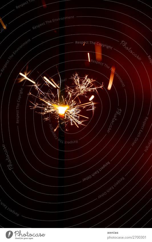 Wunderkerze brennt Lifestyle Party Feste & Feiern Weihnachten & Advent Silvester u. Neujahr glänzend leuchten heiß gelb rot schwarz Freude brennen Feuer