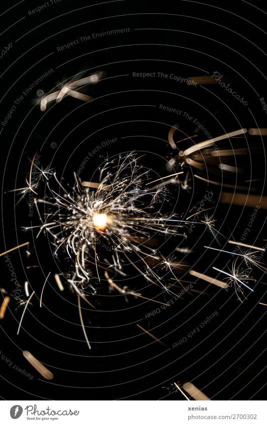 brennende Wunderkerze weiß schwarz gelb Feste & Feiern Party hell leuchten glänzend Feuer heiß Silvester u. Neujahr Nachtleben sprühen