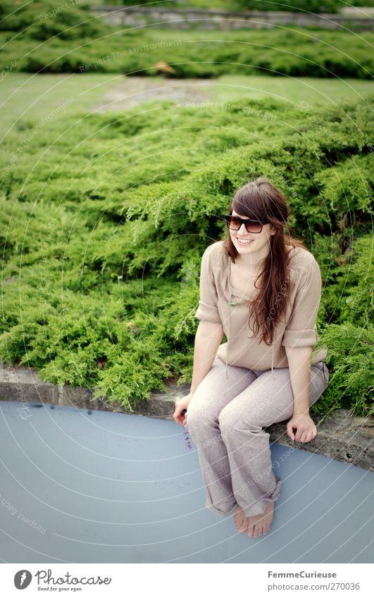 Am Rande. feminin Junge Frau Jugendliche Erwachsene 1 Mensch 18-30 Jahre Umwelt Natur Sommer Klima Wetter Schönes Wetter Gras Sträucher Garten Park Wiese