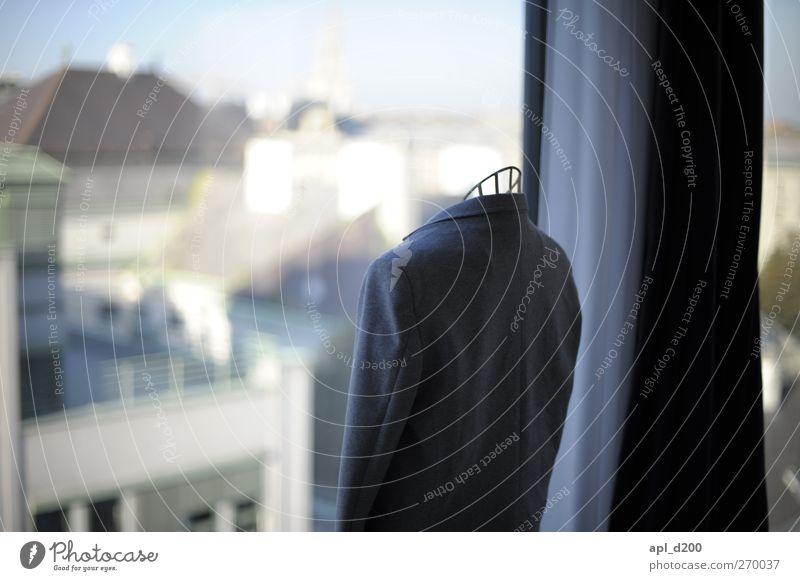 Kopflos Haus Architektur Fensterfront Bekleidung Anzug Jacket stehen elegant blau Zufriedenheit Vorfreude Erholung stagnierend Stimmung Vorhang Kleiderständer