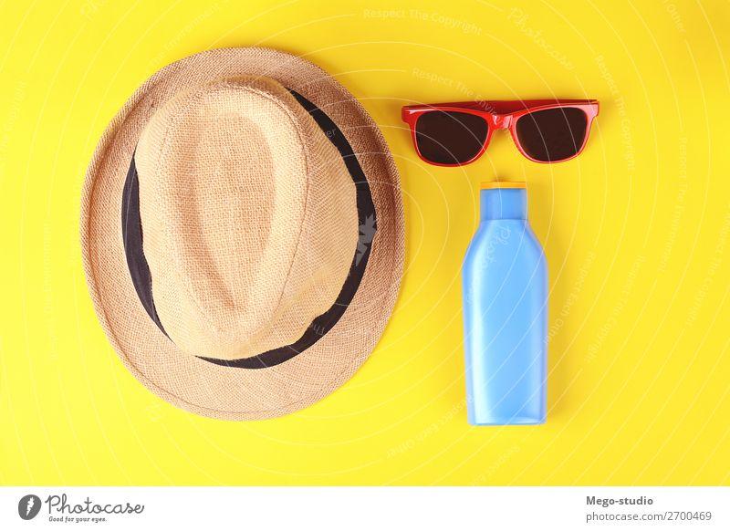 Draufsicht auf Sonnenbrille, Sonnenschutz und Hut Flasche Lifestyle Körper Haut Creme Erholung Ferien & Urlaub & Reisen Tourismus Sommer Sonnenbad Strand Meer