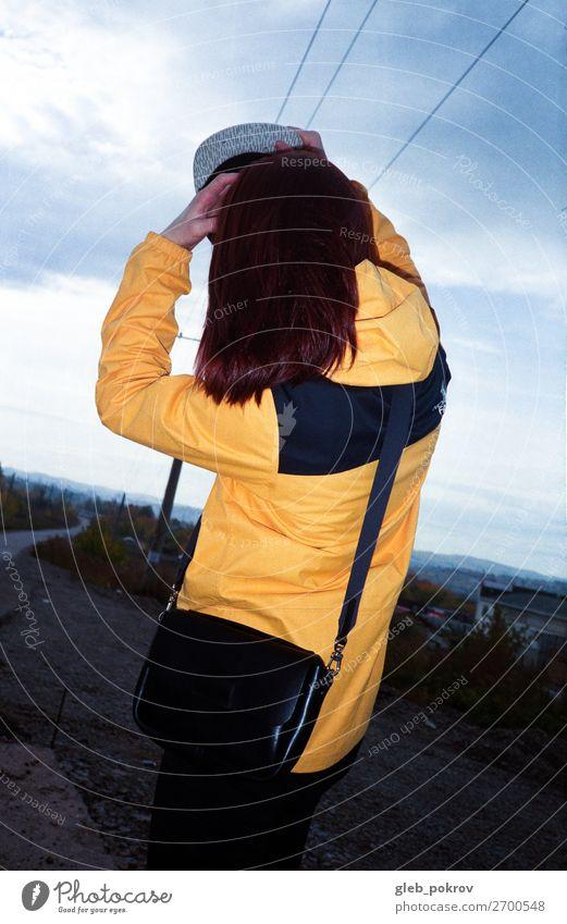 Mädchen mit Mode Tasche Mantel anhaben Kleidung Stil gelb Frau trendy Lifestyle modern schön Erwachsene Mensch Straße Model Bekleidung Außenaufnahme