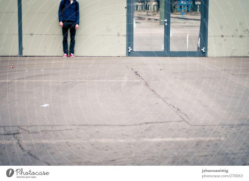 such mich. maskulin Junger Mann Jugendliche 1 Mensch 18-30 Jahre Erwachsene Mauer Wand Fassade Fenster Tür blau grau türkis kopflos anonym Unterleib Linie