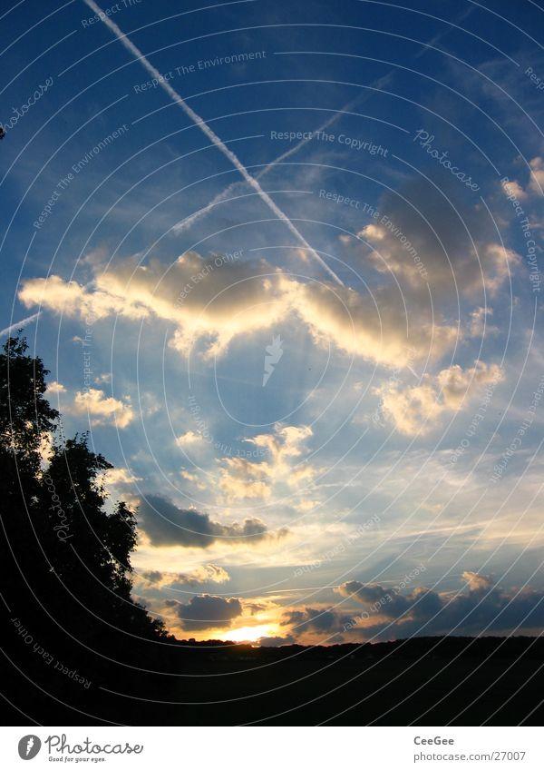 Himmelskreuz Sonne schwarz Wolken gelb dunkel Beleuchtung orange Rücken Streifen