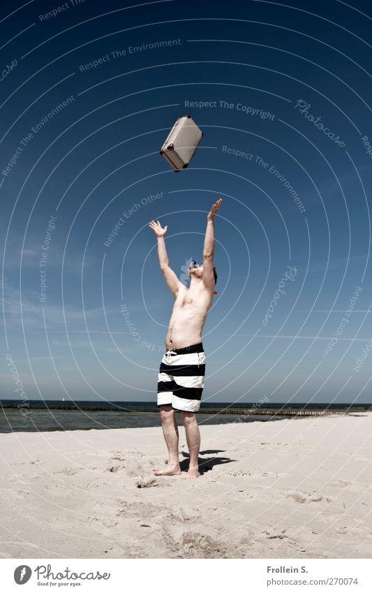 Hiddensee | Trainingseinheit Mann Erwachsene 1 Mensch 30-45 Jahre Clown Himmel Schönes Wetter Küste Strand Badehose Koffer werfen erleben Lebensfreude Freude
