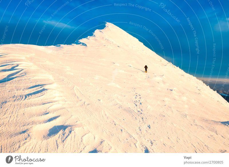 Mensch Himmel Ferien & Urlaub & Reisen Natur Mann blau weiß Landschaft Sonne Wolken Einsamkeit Winter Berge u. Gebirge schwarz Lifestyle Erwachsene