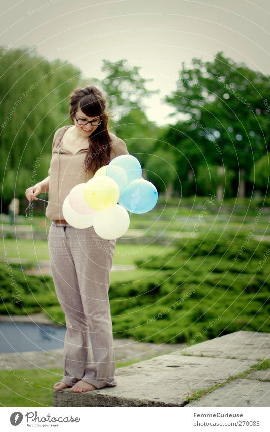Aufgepustet. Mensch Frau Jugendliche Sommer Freude Erwachsene feminin Junge Frau Mauer Garten Park 18-30 Jahre Freizeit & Hobby Geburtstag stehen