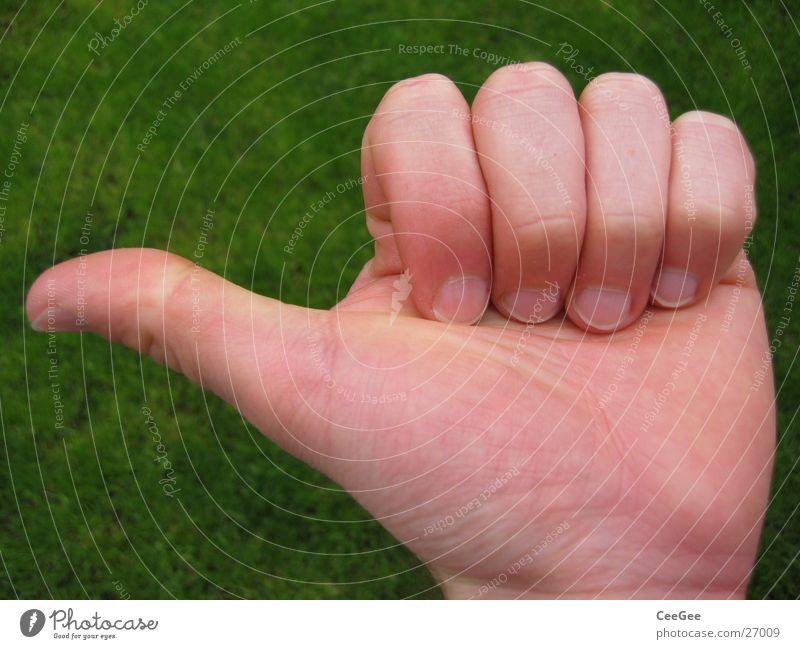 links ab Mann Hand grün Haut Finger hoch geschlossen Körperhaltung fangen Richtung Daumen links zeigen gestikulieren Faust