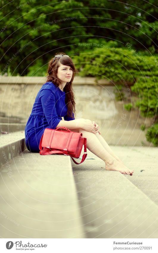 Fernweh. Mensch Frau Jugendliche blau Ferien & Urlaub & Reisen schön rot Sommer Erwachsene Erholung Ferne feminin Freiheit Stil Junge Frau Zufriedenheit