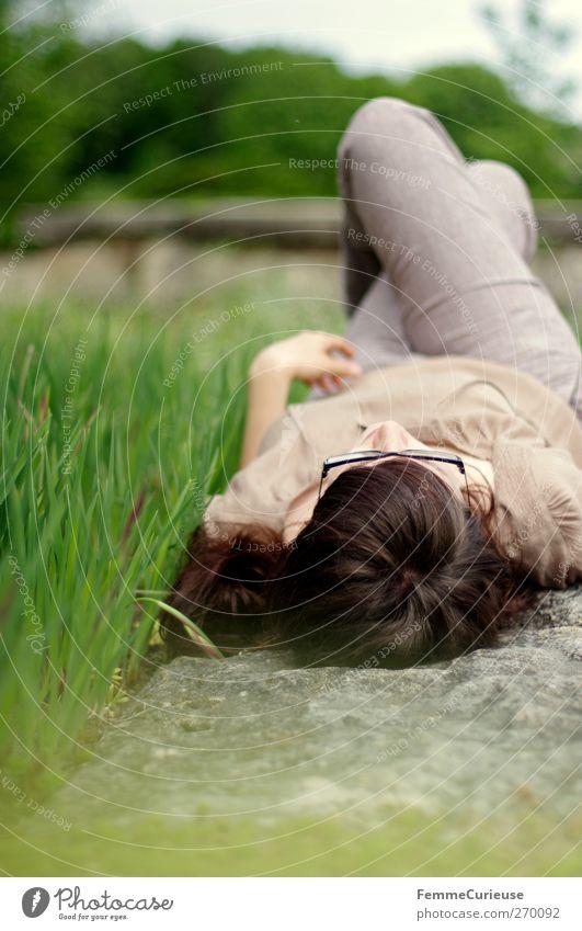 ZzZzzz... Mensch Frau Jugendliche Erwachsene Erholung feminin Gras Kopf Garten Mauer Beine träumen Vogel Park Junge Frau Zufriedenheit