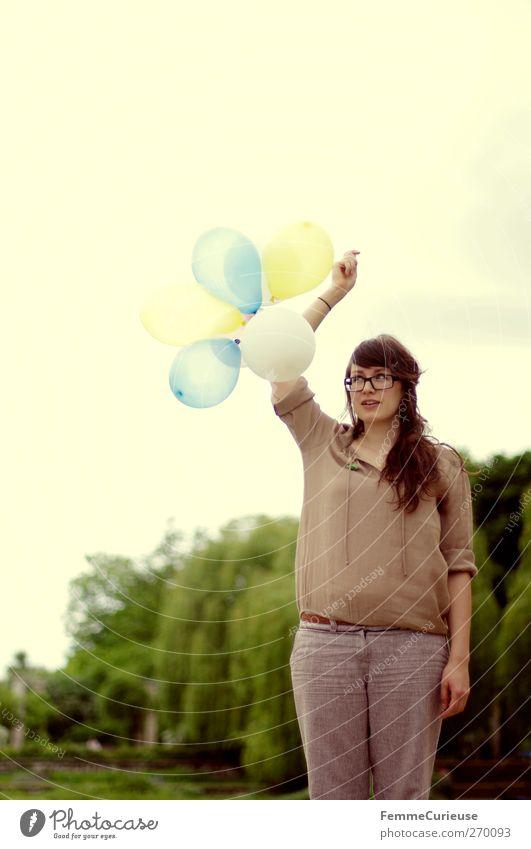 Hochgehalten. feminin Junge Frau Jugendliche Erwachsene 1 Mensch 18-30 Jahre Freiheit Freizeit & Hobby Freude fliegen blasen Luftballon hochhalten festhalten