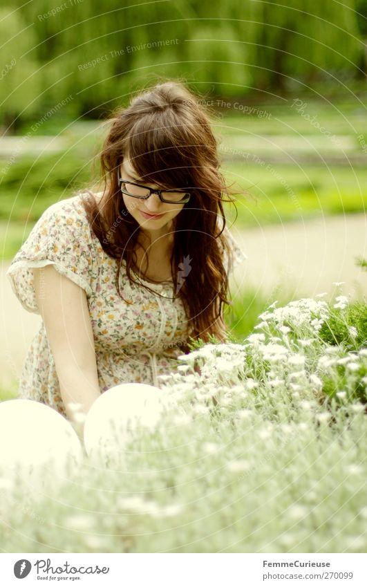Geblümt. feminin Junge Frau Jugendliche Erwachsene Haare & Frisuren 1 Mensch 18-30 Jahre Natur Naturmaterial Blüte Park Garten Sommer brünett voll Ausflug