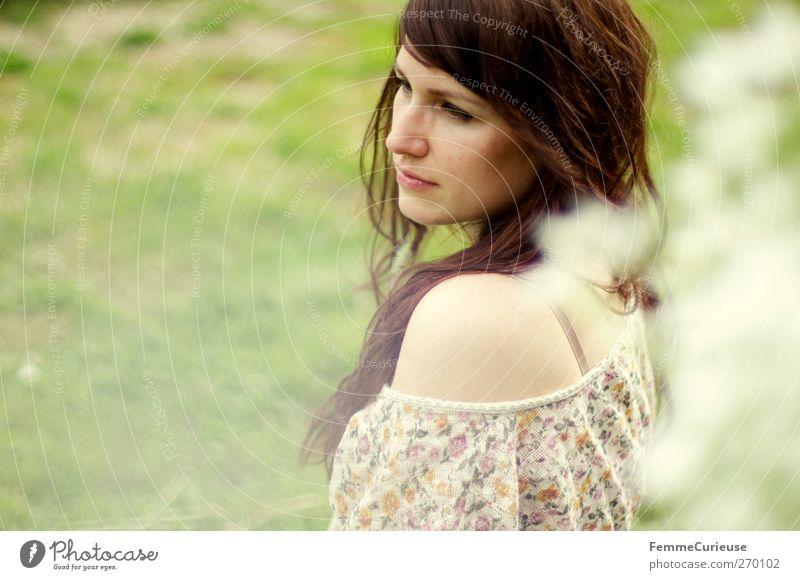 Natürlich. Mensch Frau Natur Jugendliche schön Sommer Erwachsene Erholung Wiese feminin Gras Freiheit Garten Blüte Park Junge Frau