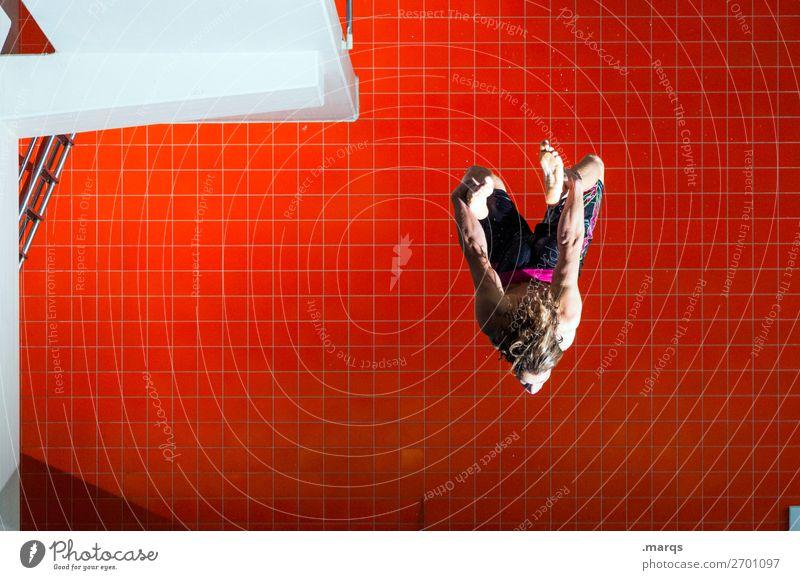 Tommy dreht (durch) Lifestyle Stil Schwimmbad Sport Wassersport Sportler Turmspringer Turmspringen Mensch maskulin 1 18-30 Jahre Jugendliche Erwachsene Mauer