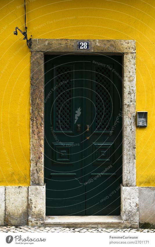 Door in Portugal Ferien & Urlaub & Reisen Haus Reisefotografie gelb Fassade Häusliches Leben Tür Lissabon dunkelgrün