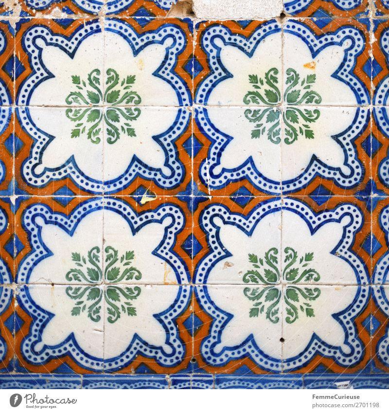 Colored wall tiles in Portugal Haus blau mehrfarbig grün rot weiß Fliesen u. Kacheln Lissabon Quadrat Muster Kunst Farbfoto Außenaufnahme Tag Zentralperspektive
