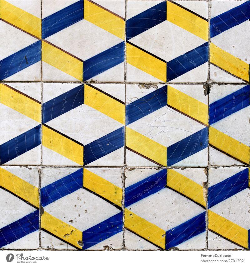 Colored wall tiles in Portugal Haus blau gelb weiß Lissabon Fliesen u. Kacheln Muster Geometrie Quadrat Kunst Farbfoto Außenaufnahme Tag Zentralperspektive
