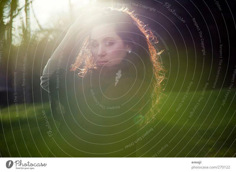 L(e)icht feminin Junge Frau Jugendliche 1 Mensch 18-30 Jahre Erwachsene Umwelt Natur schön grün Traumland Traumwelt verträumt Romantik Farbfoto Außenaufnahme