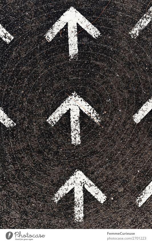 Arrows on pedestrian path weiß Bewegung Schriftzeichen Schilder & Markierungen Fußweg Zeichen Bürgersteig Richtung Pfeil Pfeile aufwärts vorwärts