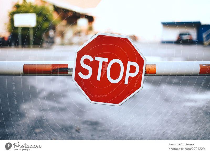 Stop sign at barrier Zeichen Schilder & Markierungen Hinweisschild Warnschild Verkehrszeichen Kommunizieren stoppen Stoppzeichen Schranke rot-weiß Portugal