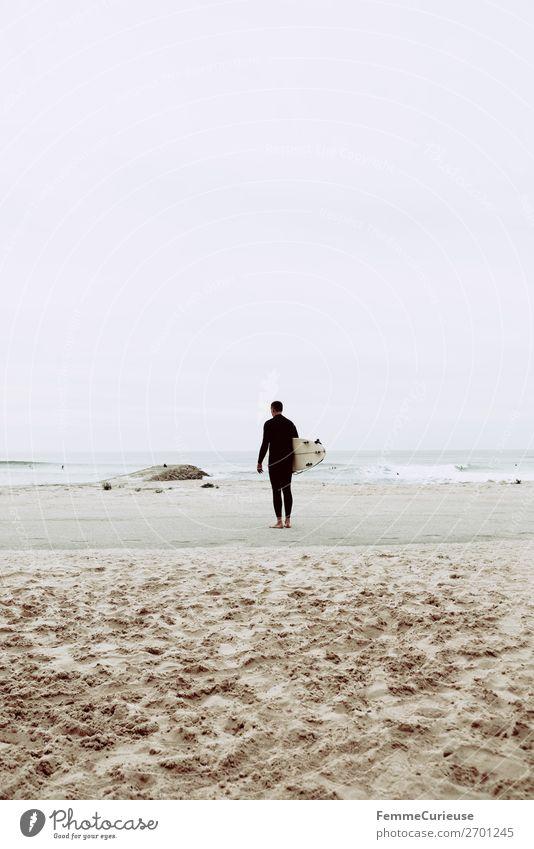 Surfer at the Atlantic Ocean Lifestyle 1 Mensch Ferien & Urlaub & Reisen Surfen Surfbrett Sandstrand Atlantik Freiheit Wolken Sport sportlich Portugal Farbfoto