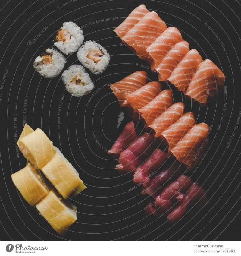 Sushi on black slate plate Lebensmittel Ernährung Mittagessen Büffet Brunch Bioprodukte genießen Lachsfilet Reis Thunfisch Schiefer schwarz Algen