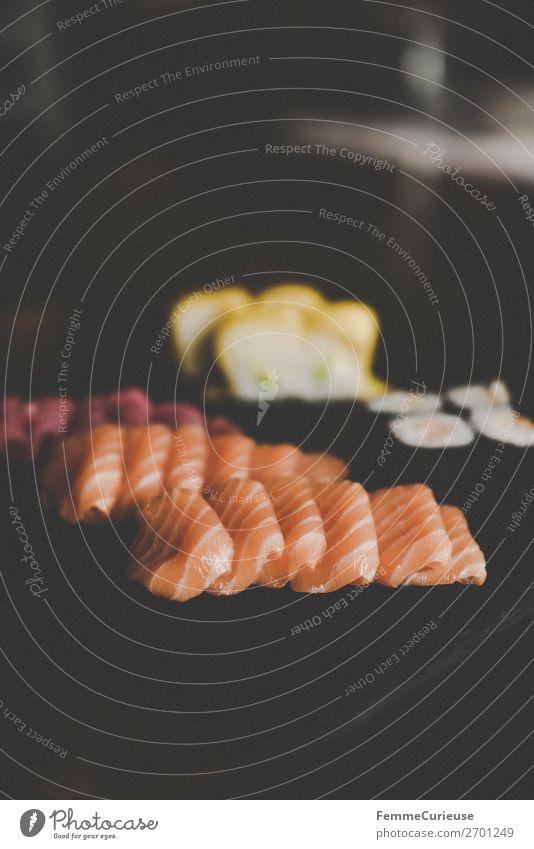 Sushi on black slate plate Lebensmittel Fisch Meeresfrüchte Ernährung Mittagessen Abendessen Büffet Brunch Bioprodukte genießen Lachs Schiefer Schieferplatte