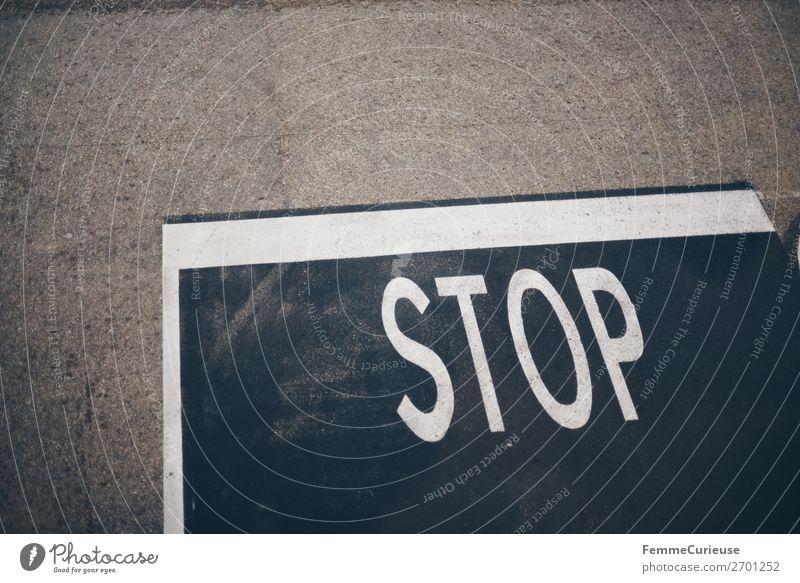STOP mark on pedestrian path Verkehr Schriftzeichen Kommunizieren Schilder & Markierungen Hinweisschild Zeichen stoppen Verkehrswege Verkehrszeichen Warnschild